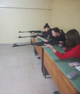 Соревнования по стрельбе из пневматической винтовки среди девушек